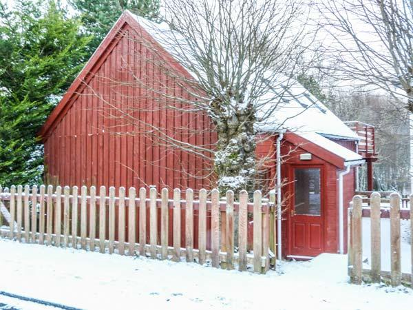 STRATHAVON CHALET, large balcony, lots of walking nearby, WiFi, Aviemore, Ref 930936 - Image 1 - Aviemore - rentals