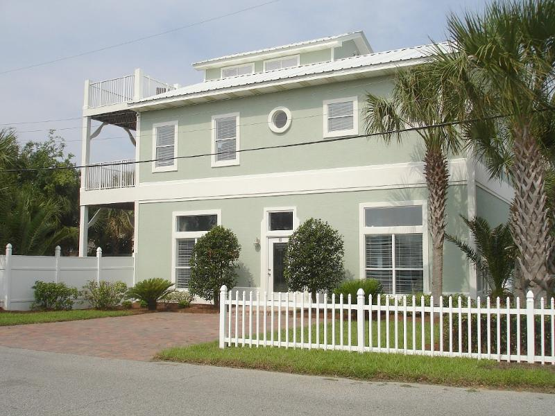 Two driveways allows for easy parking of 4 vehicles. - 2 min walk to Gated Access Beach, Private Pool - Miramar Beach - rentals