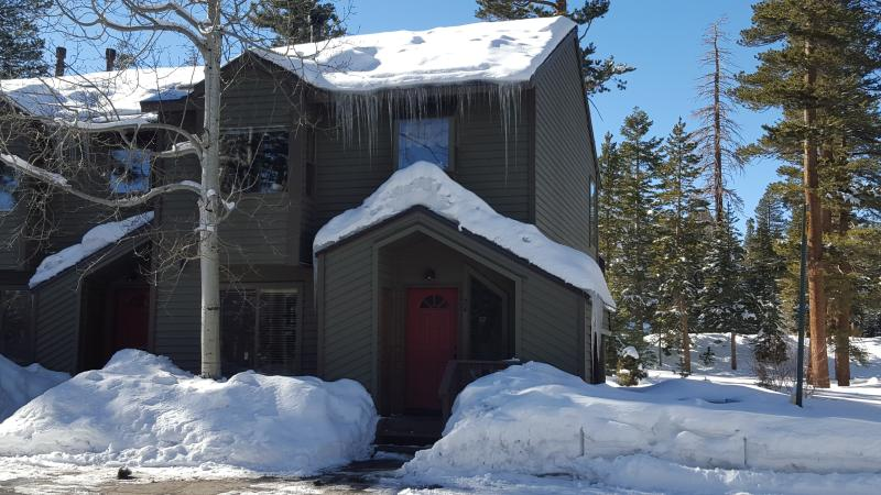 Townhouse, so a no hassle drive right up and walk in, keys in the lock box. backyard to play in also - Mammoth Mountain  Spacious 3 bdrm areas 3 ba Ski - Mammoth Lakes - rentals