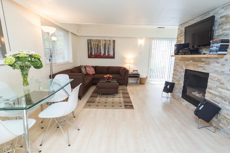Living Room w Comfy Sectional and New Gas Fireplace, HDTV, Cable, DVD, Eating Area - Bright 1Bdrm w Cozy Gas Fireplace On Beautiful Par - Vancouver - rentals