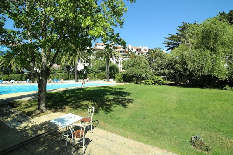 Swimming pool and garden - Estoril Living: Studio apartment in luxury condo - Estoril - rentals