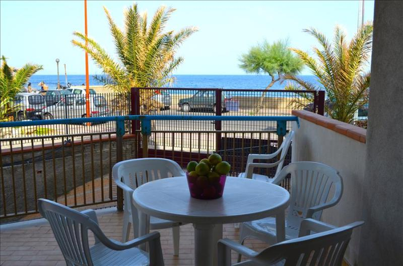 Albe di mare - apartment in front of the beach - Image 1 - Santa Teresa di Riva - rentals