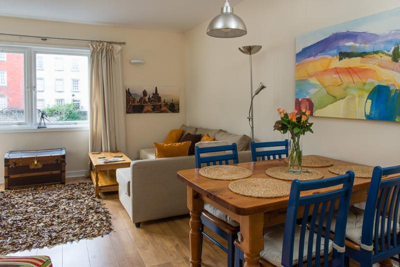 Living room with views to the courtyard - Stylish Royal Mile apartment - Edinburgh - rentals