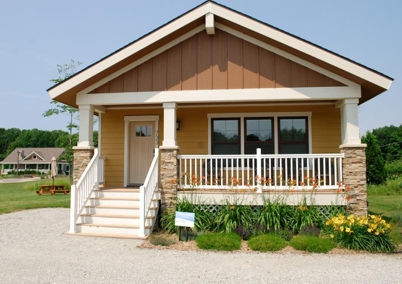 Book your stay today!! Visit Bluewater Vacation Rentals in South Haven, MI.  No Booking FEES!! - Pet-friendly Wildflower Cottage-close to the beach - South Haven - rentals