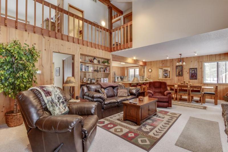 Cozy ski cabin w/ private hot tub, SHARC passes & great location! - Image 1 - Sunriver - rentals