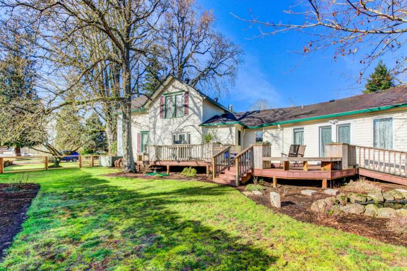 Elegant, dog-friendly home with enclosed yard - wheelchair access! - Image 1 - Newberg - rentals
