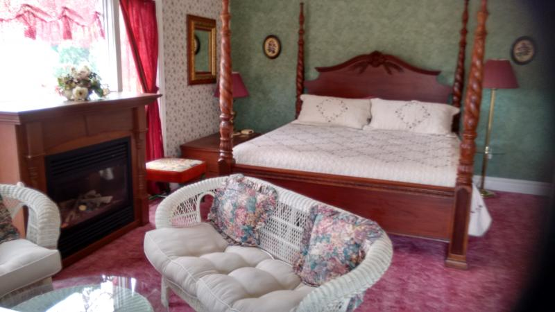 King ( Honeymoon Suite ) with Fireplace - King (Honeymoon Suite) Andrea's Bed and Breakfast - Niagara Falls - rentals