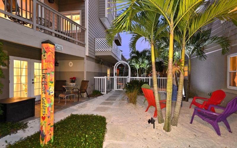 Between both duplexes - Honeymoon Suite, Siesta Key, Shells and Dolphin's - Siesta Key - rentals