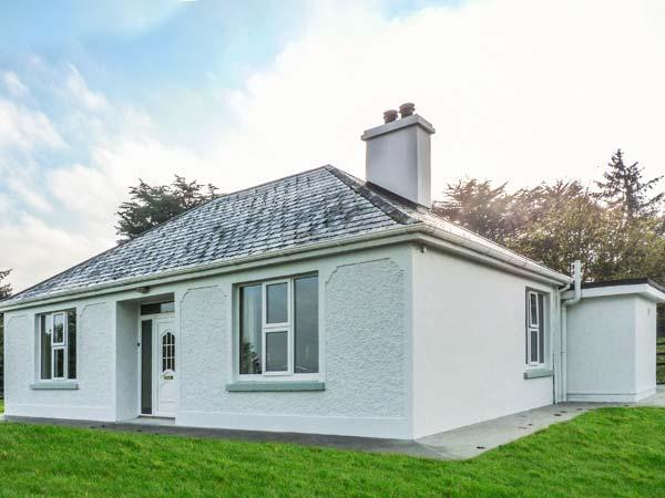 FARM VIEW COTTAGE, detached, open fire, multi-fuel stove, WiFi, private garden, Killarney, Ref 927678 - Image 1 - Killarney - rentals