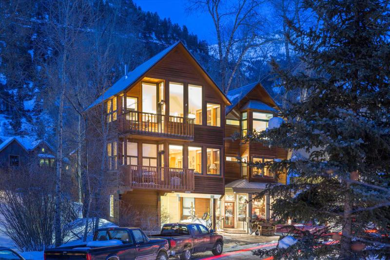Powder Daze at Cornet Creek boasts gorgeous views all around, not to mention an incredibly convenient location. - Your winter wonderland - Cozy condo with private deck - Powder Daze at Cornet Creek - Telluride - rentals