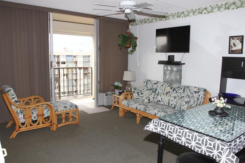 CHARMING 24TH FLOOR STUDIO - 2 blocks to beach - Image 1 - Honolulu - rentals