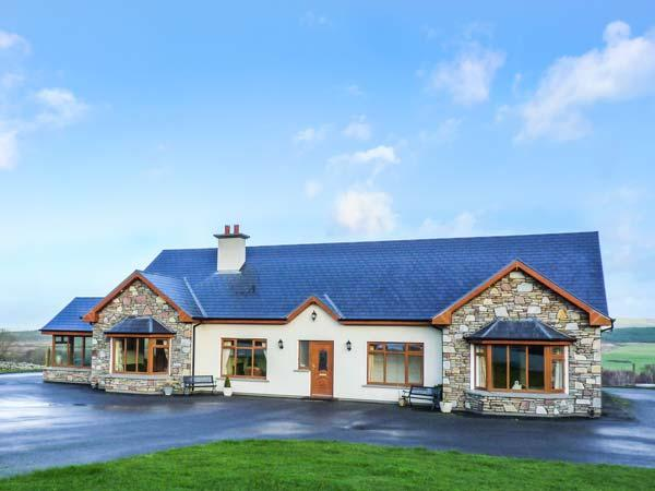 DOOLOUGH LODGE, pet-friendly, close to lough, en-suite, open fire, Killarney, Ref 933246 - Image 1 - Killarney - rentals