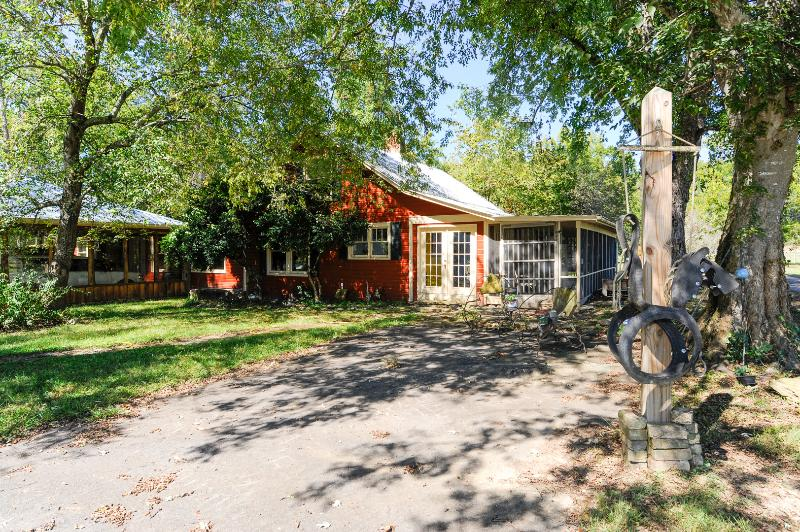 100 year old farm house on the river.  Great family vacation and private for biking and fishing! - The River House - Townsend - rentals