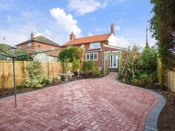 HILLSIDE COTTAGE, red brick property, pet-friendly, close to the coast, in Aldringham, near Thorpeness, Ref. 29315 - Image 1 - Thorpeness - rentals