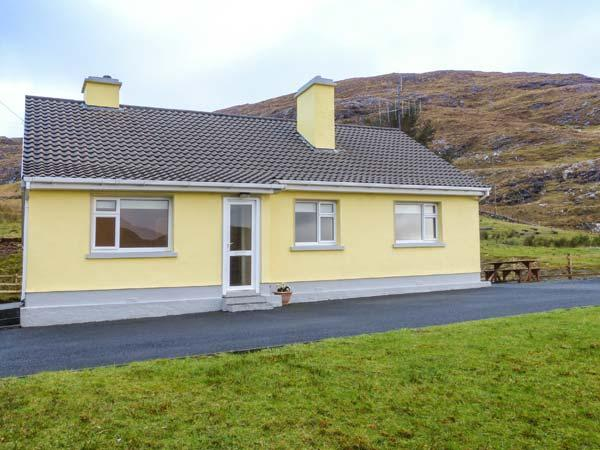 LOUGH FEE COTTAGE, solid fuel stoves, pet-friendly, Sky TV ground floor, near Tully, Ref. 927184 - Image 1 - Tully - rentals