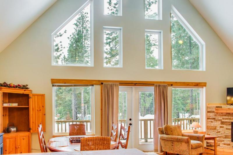 Light-filled escape w/ close beach access - 2 dogs okay! - Image 1 - Leavenworth - rentals