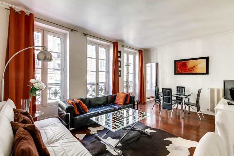 LIving room - Modern 2 Bedroom Apartment in upscale Madeleine - Paris - rentals