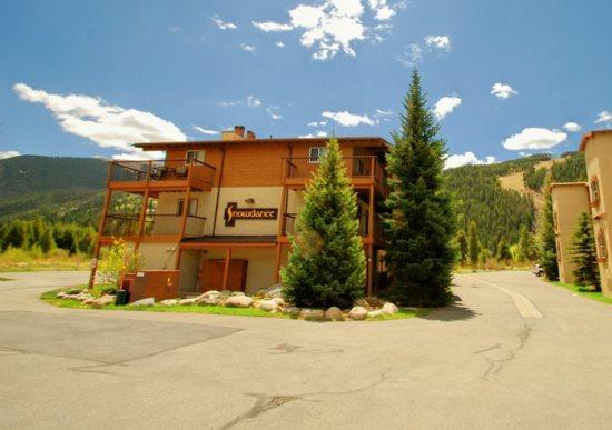Snowdance Condominiums B104 - Walk to slopes, updated kitchen, Mountain House! - Image 1 - Keystone - rentals
