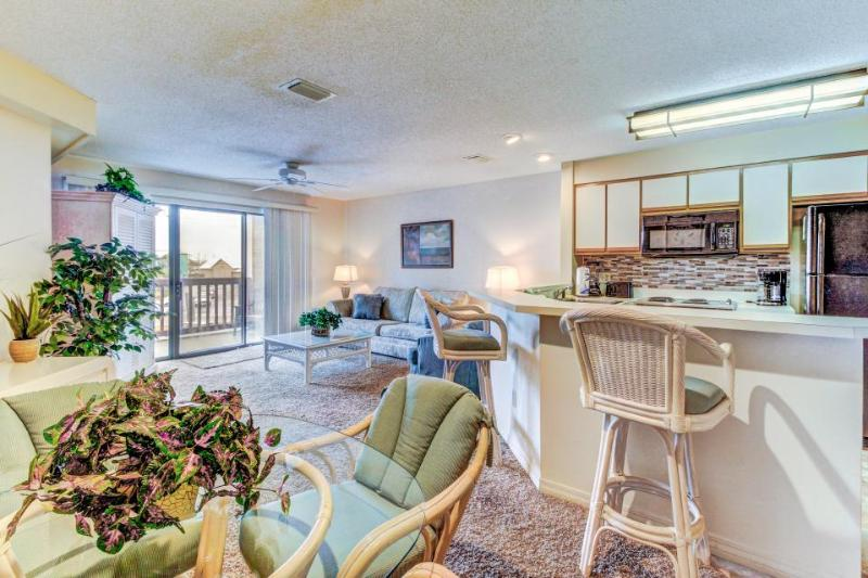 Enjoy private dock and shared pool, & tennis + walk to the beach! - Image 1 - Panama City Beach - rentals