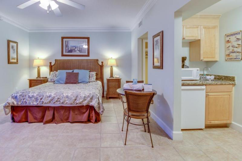 Beachfront studio with Gulf views & shared pools and hot tubs - close to parks! - Image 1 - Panama City Beach - rentals