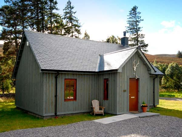 CORNDAVON COTTAGE, single-storey lodge with multi-fuel stove, hot tub, fishing, countryside near Ballater Ref 933056 - Image 1 - Ballater - rentals