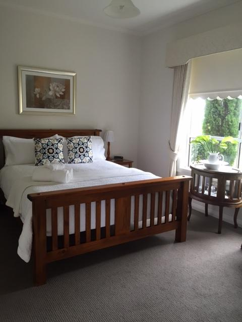 Queen-size bedroom with ensuite and sitting room - Killara Accommodation - Killarney - rentals