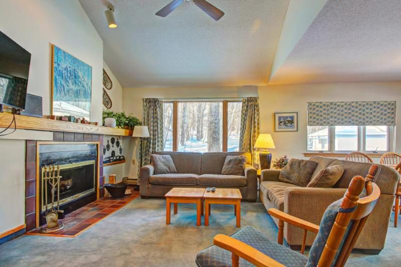 Dog-friendly townhome with a resort hot tub, pool & sauna - close to skiing! - Image 1 - Killington - rentals