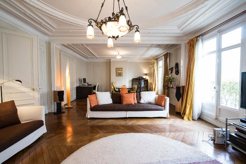 Living Room - All Inclusive 3 Bedroom Apartment Near the Eiffel Tower - Paris - rentals
