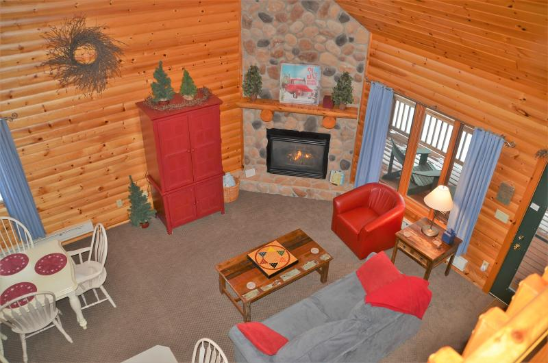 Open, vaulted great room with cozy furnishings and charming decor. - Lutsen's cutest vacation home, lake & moutain view - Lutsen - rentals