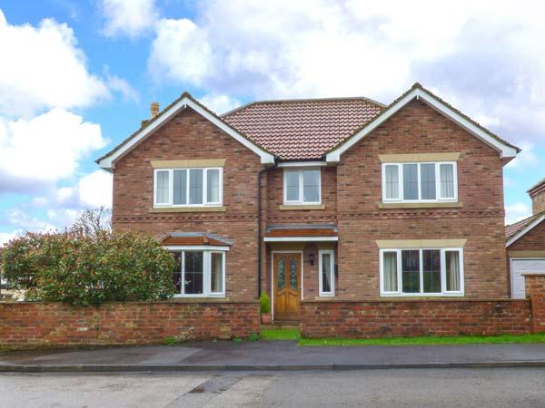 MERE PARK HOUSE, open fire, enclosed garden, WiFi, Driffield, Ref 927620 - Image 1 - Driffield - rentals
