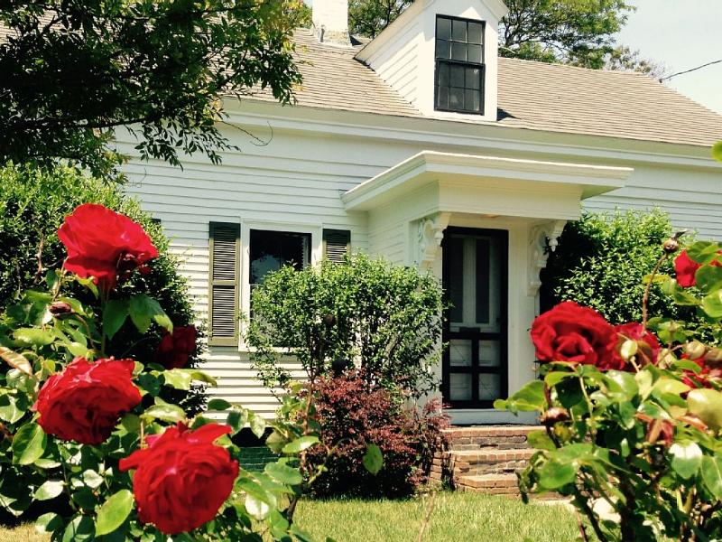 """You're sure to fall in love with Old Cape Cod,"" at Leeward Cottage. - Wonderfully Updated East End Cape-Style House - Provincetown - rentals"