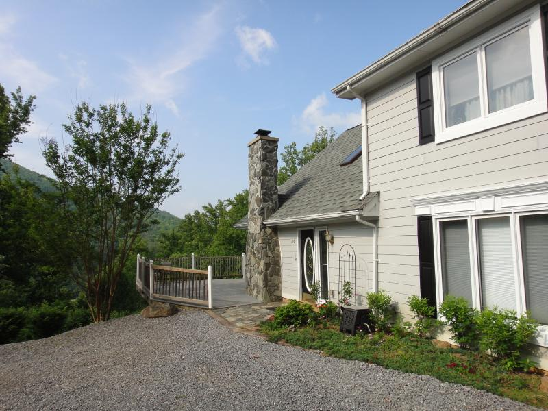 Ramped Deck, Drive-up Entry - Lookout Chalet - Hot Tub, AC, WIFI, 8 Guests, Pets - Swannanoa - rentals