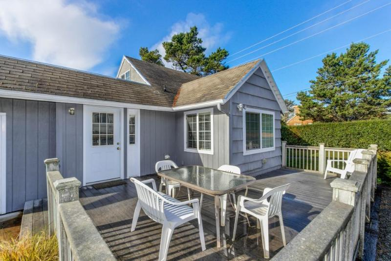 Charming cottage w/a game room, extra parking, beach nearby! - Image 1 - Lincoln City - rentals