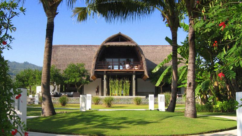 Bali Villa Shanti - the house - A stunning architect designed contemporary villa, set right on the beach of Lovina in Northern Bali. Villa Shanti - Lovina - rentals