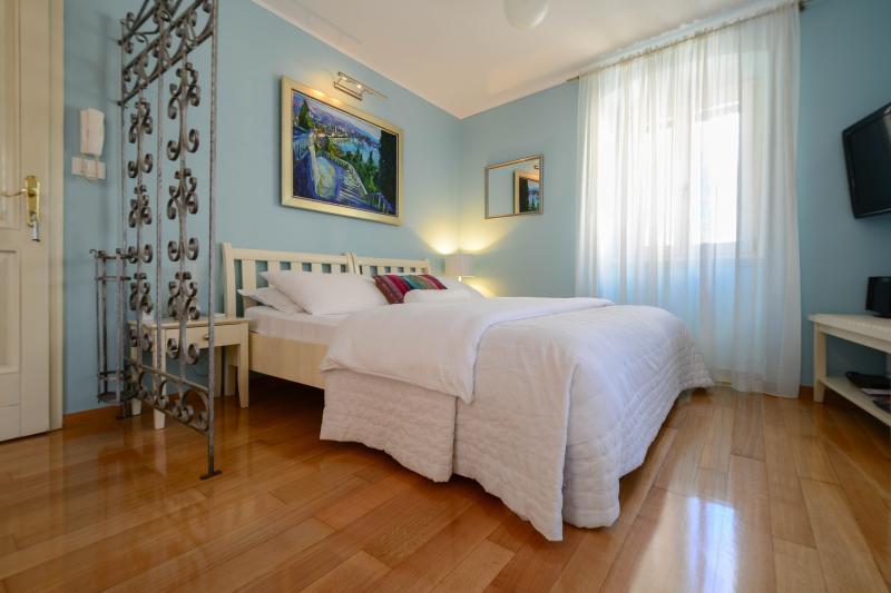 queen bed - Villa Olivia- Blue studio Old Town - Split - rentals