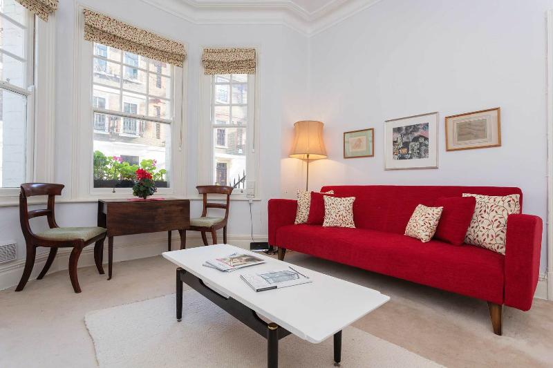 A timeless one-bed on Cheyne Row near King's Road. - Image 1 - London - rentals