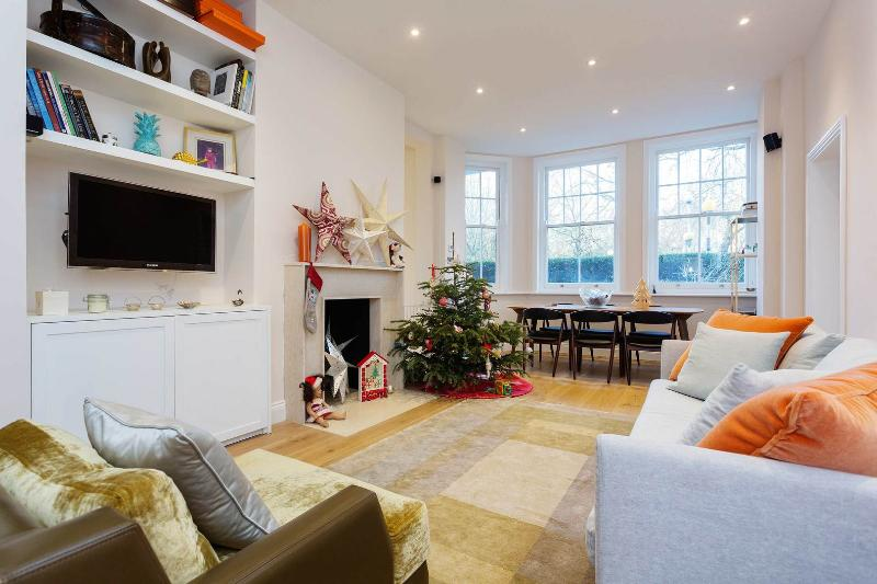 A graceful three-bedroom apartment in Battersea, just opposite Battersea Park. - Image 1 - London - rentals