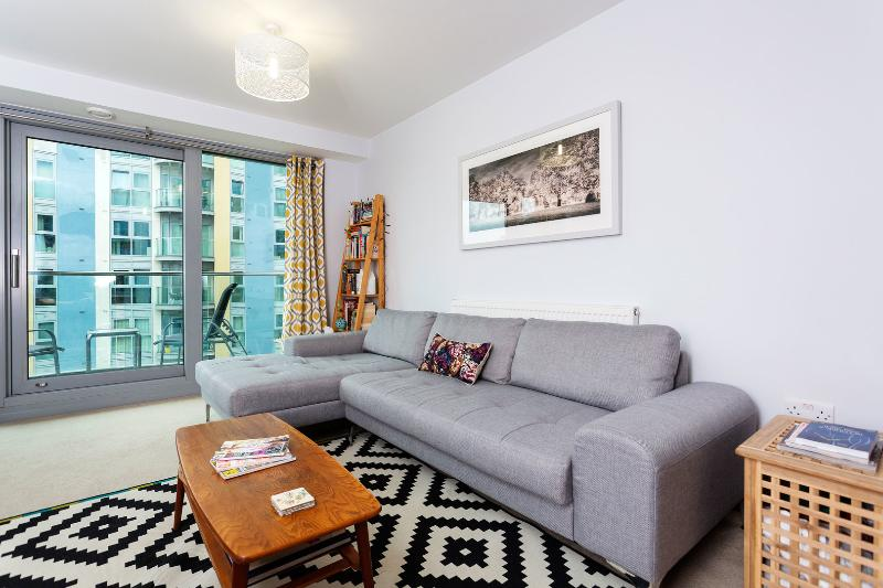 A neat one-bedroom riverside apartment in Battersea. - Image 1 - London - rentals