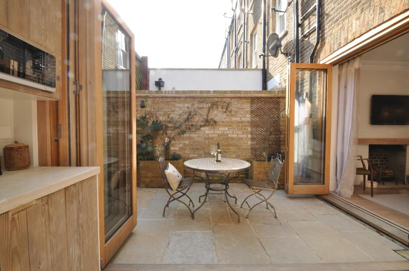 Perfect one bed apartment sleeps 3. - Image 1 - London - rentals