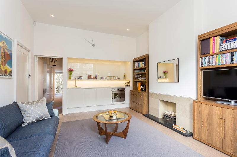 A calming two-bedroom apartment in Kensington. - Image 1 - London - rentals