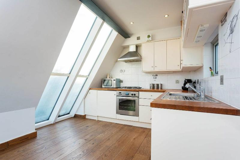 A modern and interesting two-bedroom mews house in Hackney. - Image 1 - London - rentals