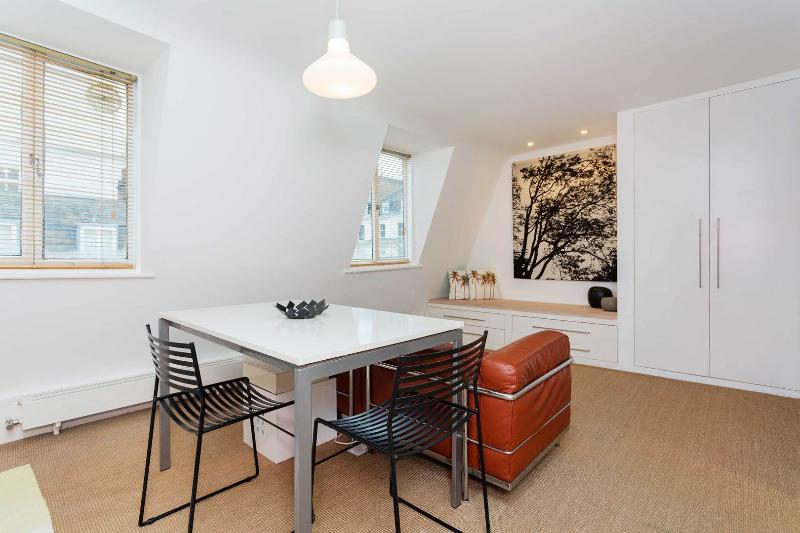 A contemporary one-bedroom flat in Little Venice. - Image 1 - London - rentals