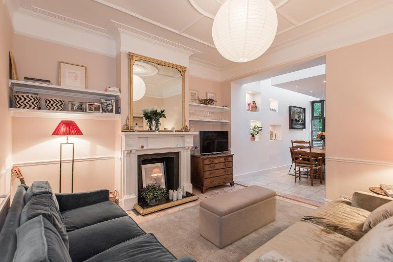An elegant four-bedroom home in Chiswick. - Image 1 - London - rentals