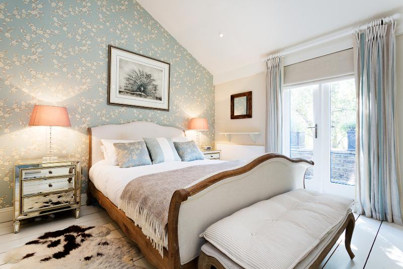 A magnificent two-bedroom mews house on Celbridge mews. - Image 1 - London - rentals
