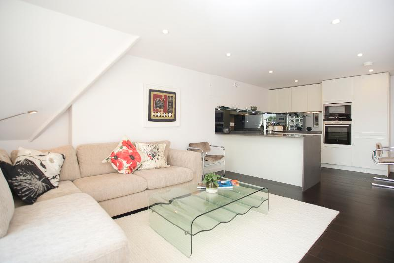 Contemporary one-bed apartment, just 15 mins from Oxford Street. - Image 1 - London - rentals