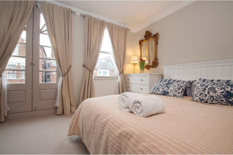 Chic 2 bed, 2 bath with garden in Parsons Green, Fulham - Image 1 - London - rentals