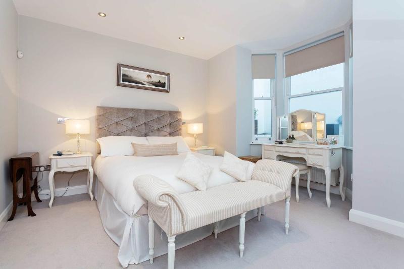 An elegant two-bedroom flat in Chelsea. - Image 1 - London - rentals