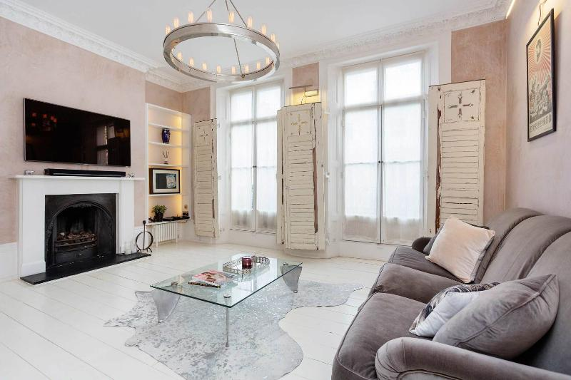 A magnificent three-bedroom home in beautiful Primrose Hill. - Image 1 - London - rentals
