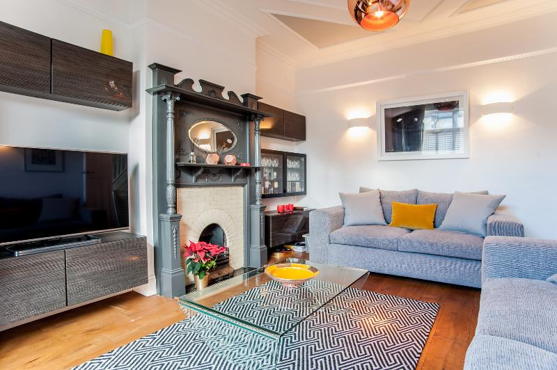 A beautiful family home with three bedrooms in Queen's Park. - Image 1 - London - rentals