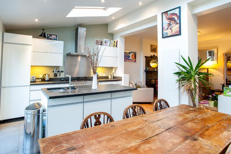 A fantastic four-bedroom family home in friendly Crouch End. - Image 1 - London - rentals